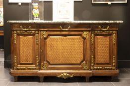 'Antiek' neoclassicistisch dressoir in parqueterie, versierd met gedoreerd bronsbeslag, met drie