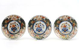 Set van drie achttiende eeuwse Chinese borden in porselein met een rijk Imari-decor - diameter :