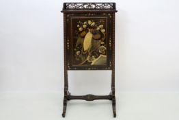 Apart antiek chinoiserie-scribanmeubeltje met een openklapbaar schrijfblad in gelakt hout versierd