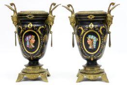 """Paar negentiende eeuwse urnvormige vazen met een """"Egyptisch decor"""" in porselein met een montuur in"""