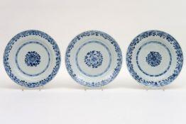 Reeks van drie achttiende eeuwse Chinese borden in porselein met blauwwit bloemendecor -