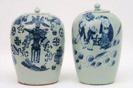 Lot van twee antieke Chinese gemberpotten in porselein, één met een blauwwit landschaps- en één