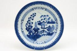 Achttiende eeuwse Chinese schaal in porselein met een blauwwit landschapsdecor - diameter : 33