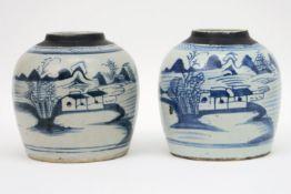 Lot van twee Chinese gemberpotten in porselein met een blauwwit decor - hoogte : 16,5 cm   two