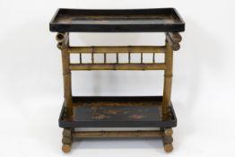 Antieke japonistische bijzettafel in gelakt hout en bamboe met twee leggers met vogel- en