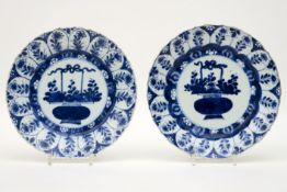 Paar zeventiende/achttiende eeuwse Chinese Kang Hsi-borden in gemerkt porselein met een blauwwit