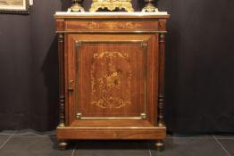 FRANKRIJK - 19° EEUW neoclassicistisch meubel in marqueterie versierd met koper- en bronsbeslag en