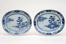 Paar vrij grote achttiende eeuwse Chinese opdienschalen in porselein met een blauwwit