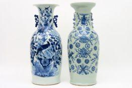 Lot van twee Chinese vazen in porselein met een blauwwit decor, één met vogel en één met sacrale