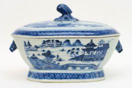 Achttiende eeuwse Chinese gedekselde terrine in porselein met een blauwwit landschapsdecor - 21,5