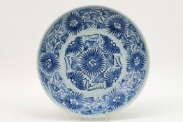 Chinese schaal in porselein met een blauwwit decor met gestileerde bloemen - diameter : 27 cm   