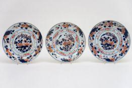 Serie van drie achttiende eeuwse Chinese schalen in porselein met een Imari-decor - diameter : 27,