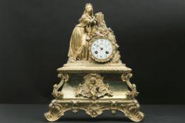 Negentiende eeuwse klok met kast in gedoreerde brons en versierd met een vrouw - hoogte en breedte :