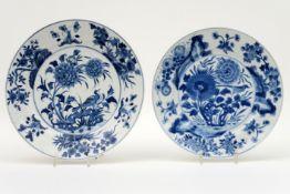 Lot van twee antieke Chinese (Kang Hsi) schalen in gemerkt porselein met een blauwwit decor -