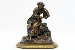 """Negentiende eeuwse allicht Franse sculptuur in brons : """"Jonge vrouw bij mand druiven"""" - hoogte en"""