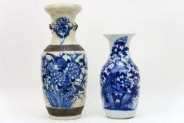 Lot van twee Chinese vazen in porselein met een blauwwit decor - één op celadon - hoogtes : 43 en