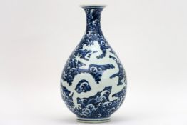 Chinese vaas in gemerkt porselein met een blauwwit drakendecor - hoogte : 32,5 cm   Chinese vase