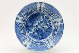 Chinese bowl met gekartelde rand in porselein met een blauwwit decor met centraal een tuinzicht