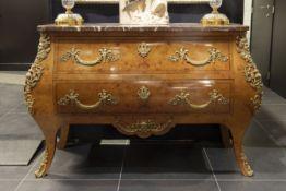 Commode in Lodewijk XIV-stijl met een typisch buikmodel in blond wortelhout - met twee laden en