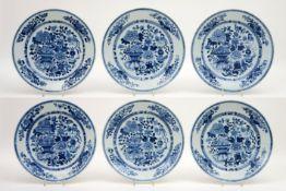 Reeks van zes achttiende eeuwse Chinese schalen in porselein met een rijk blauwwit bloemendecor -