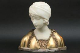 """MORIN GEORGES (1874 - 1950) sculptuur in marmer en gedoreerde brons : """"Buste van een jonge dame"""" -"""