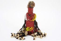 "AFRIKA - NIGERIA oud ""Mumuyé"" vruchtbaarheidspopje met kralen, leder en schelpjes - hoogte : 19,5 cm"
