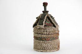 AFRIKA - NIGERIA goede oude zgn geestendoos van de 'Yorouba' bekleed met kaurischelpen - hoogte : 40