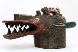 AFRIKA masker in de vorm van een krokodillenkop, bekroond met een gekko, in deels gepolychromeerd