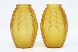 pair of French Art Deco vases in satinated yellow glass||Paar Franse Art Deco-vazen in geel gesatine