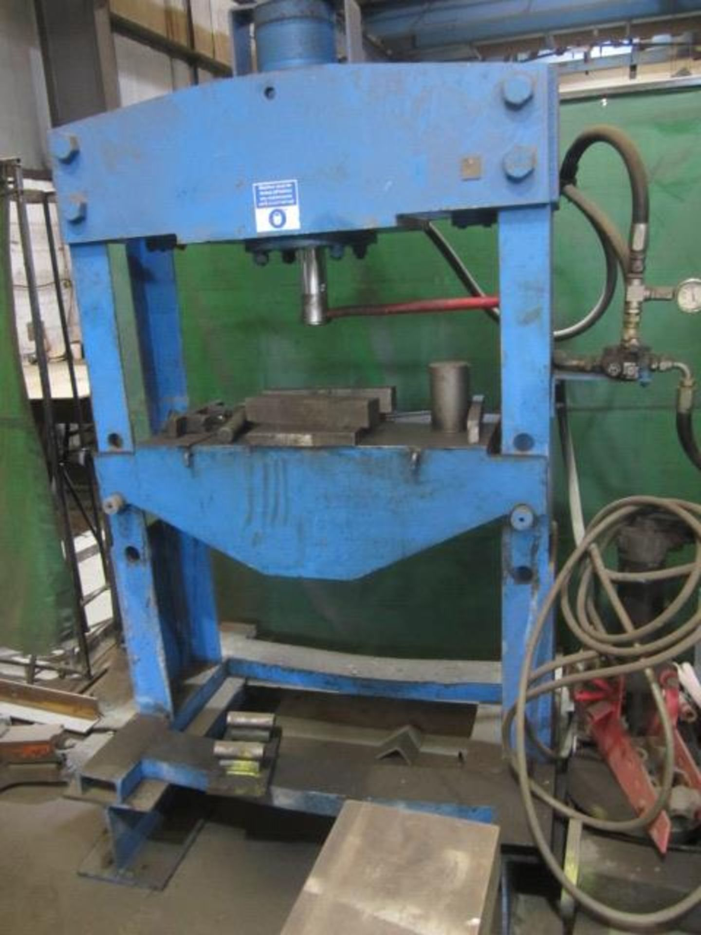 Unbadged hydraulic garage type vertical press, 900mm between frame, with hydraulic power pack. A - Image 2 of 3