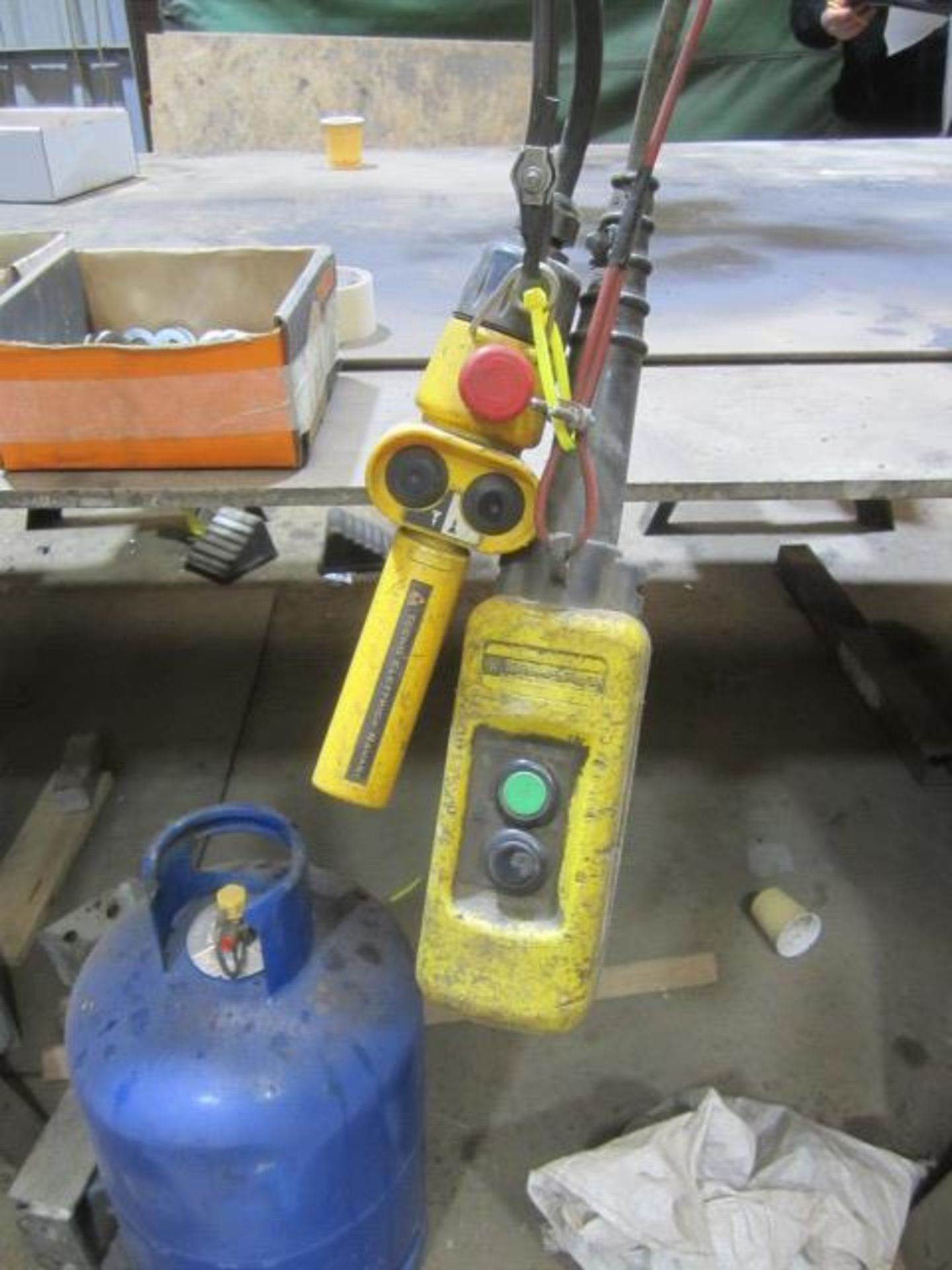 Yale 2000kg electric chain hoist, with power transverse. NB: This item has no record of Thorough - Image 2 of 4