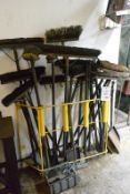 Contents of rack, to incl. assorted shovels, brooms, hand brushes, etc. (Recommended collection