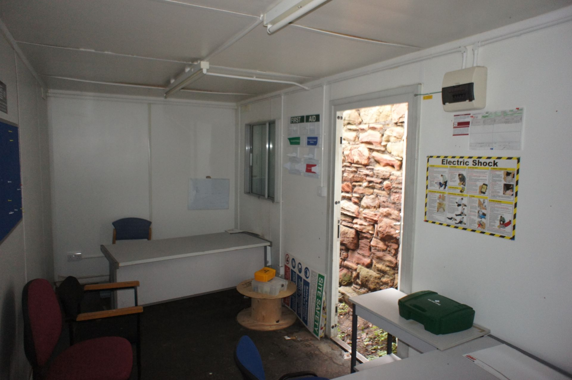 Containerised site office 20ft x 8ft, comprising o - Image 8 of 8