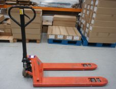 Unbadged hand hydraulic pallet truck *Delayed collection, to be arranged with the auctioneers