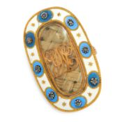 AN ANTIQUE HAIRWORK, DIAMOND AND ENAMEL MOURNING LOCKET RING, 19TH CENTURY in yellow gold, the