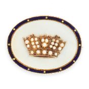 AN ANTIQUE PEARL, MOTHER OF PEARL AND ENAMEL BROOCH in 15ct yellow gold, set with a polished oval