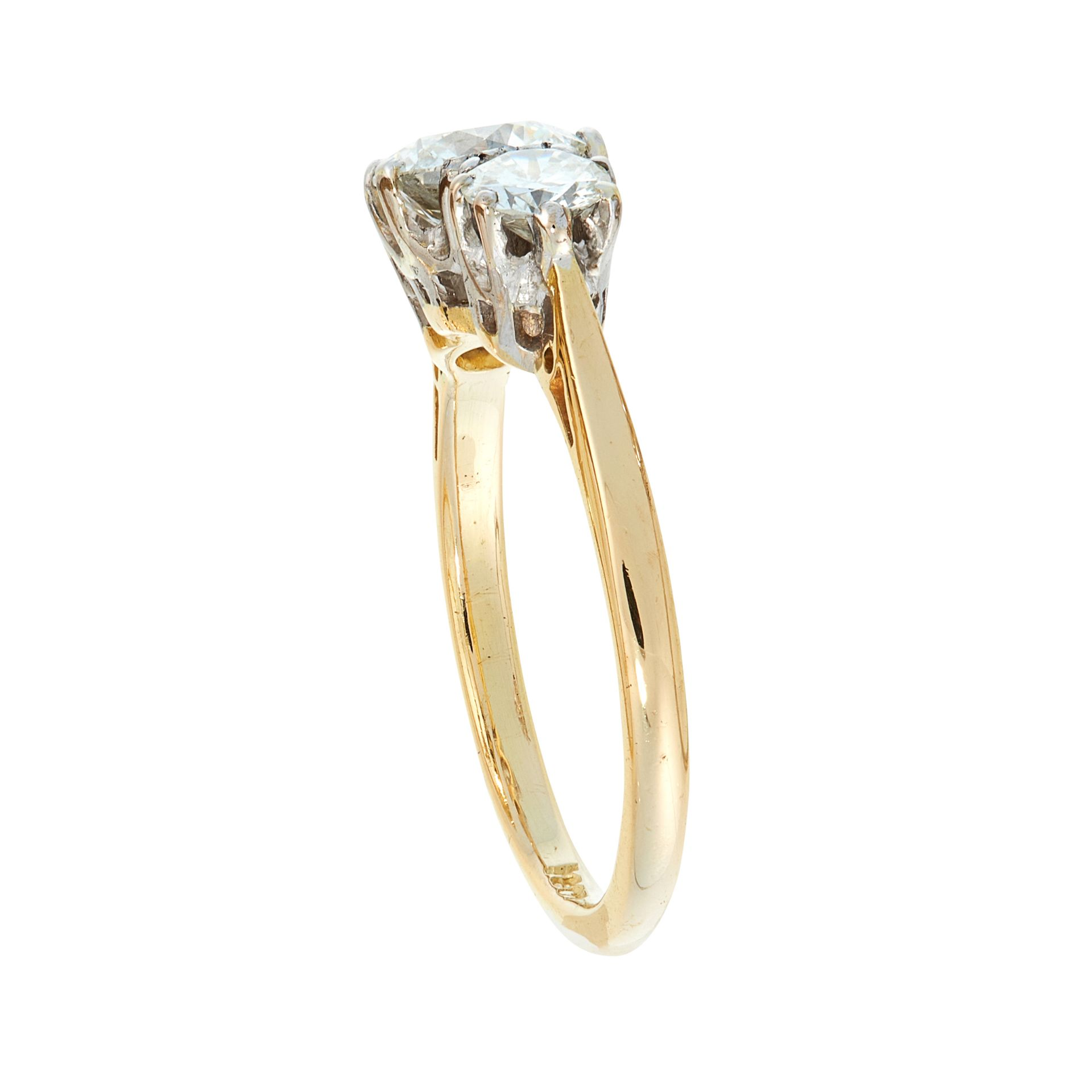 A DIAMOND THREE STONE RING in 18ct yellow gold, set with a principal round cut diamond of 1.03 - Image 2 of 2