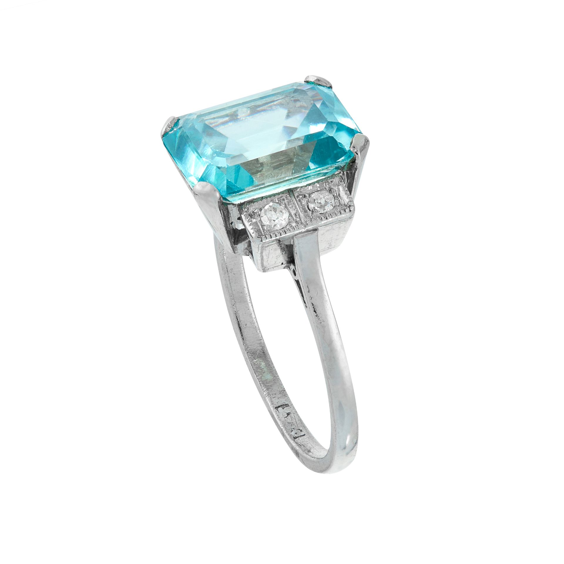 A BLUE ZIRCON AND DIAMOND DRESS RING, EARLY 20TH CENTURY in platinum, set with an emerald cut blue - Bild 2 aus 2