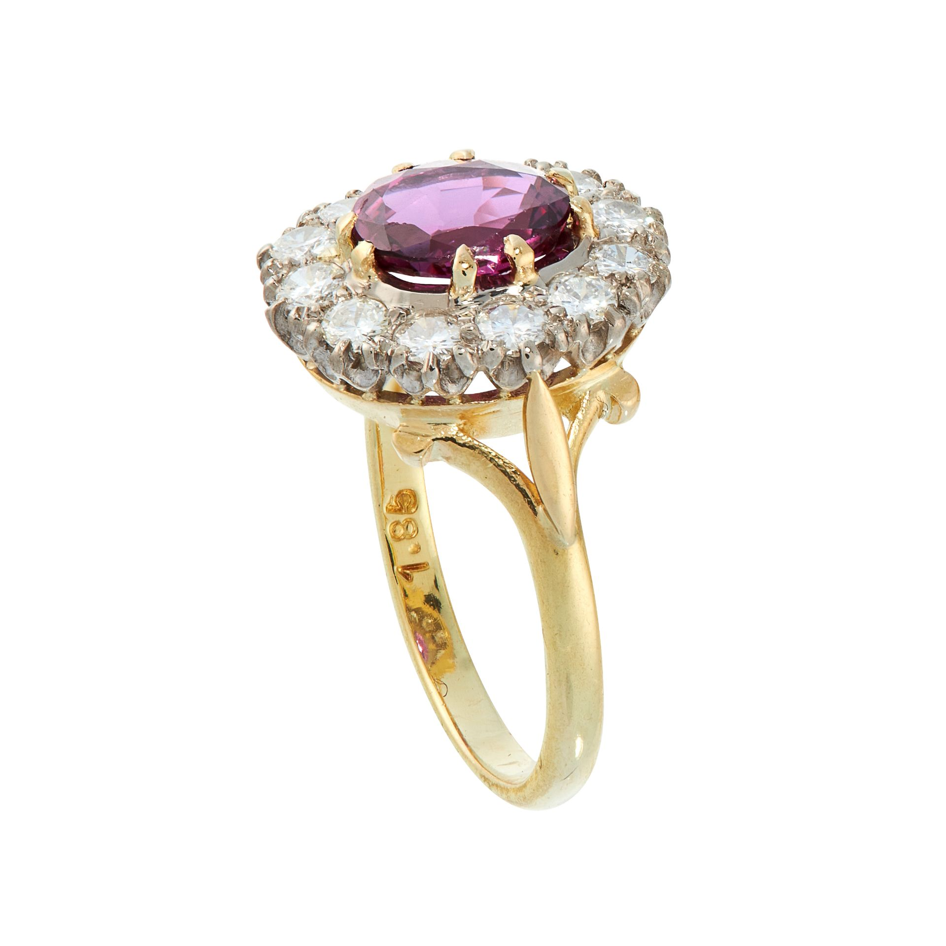 AN UNHEATED RUBY AND DIAMOND DRESS RING in 18ct yellow gold, set with a cushion cut ruby of 1.84 - Bild 2 aus 2