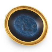 A ROMAN NICOLO INTAGLIO RING in high carat yellow gold, the oval carved intaglio depicting Leda