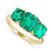 FINE ANTIQUE VICTORIAN COLOMBIAN EMERALD RING, LATE 19TH CENTURY claw-set with three step-cut