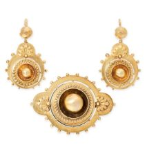 AN ANTIQUE MOURNING LOCKET BROOCH AND EARRINGS SUITE, 19TH CENTURY in yellow gold, in the Etruscan