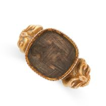 AN ANTIQUE HAIRWORK MOURNING RING, EARLY 19TH CENTURY in 18ct yellow gold, set with a hairwork panel