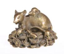 A JAPANESE BRASS RAT GROUP, CIRCA 1900.8.5cm