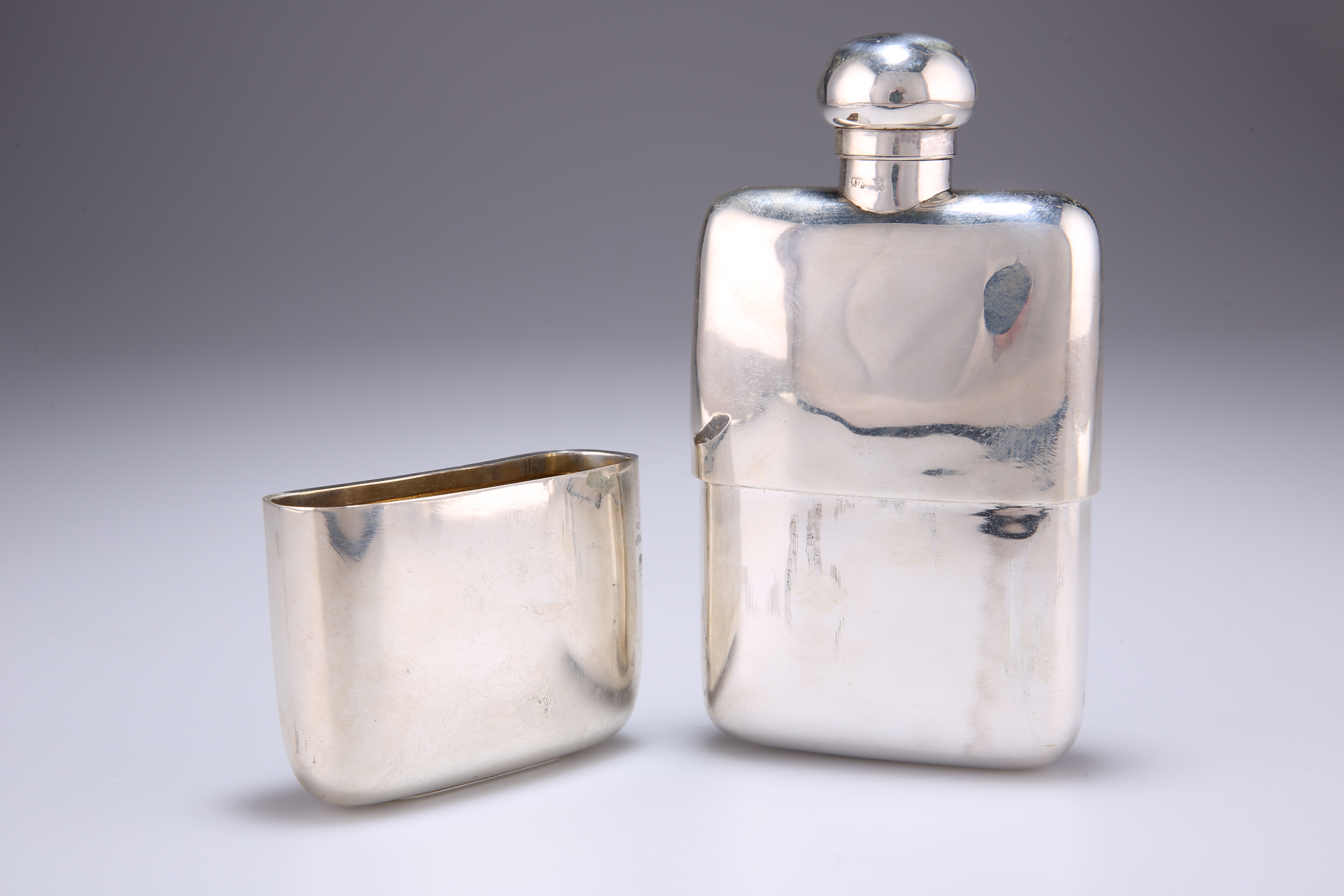 A GEORGE V SILVER HIP FLASK AND CUP - Image 2 of 4
