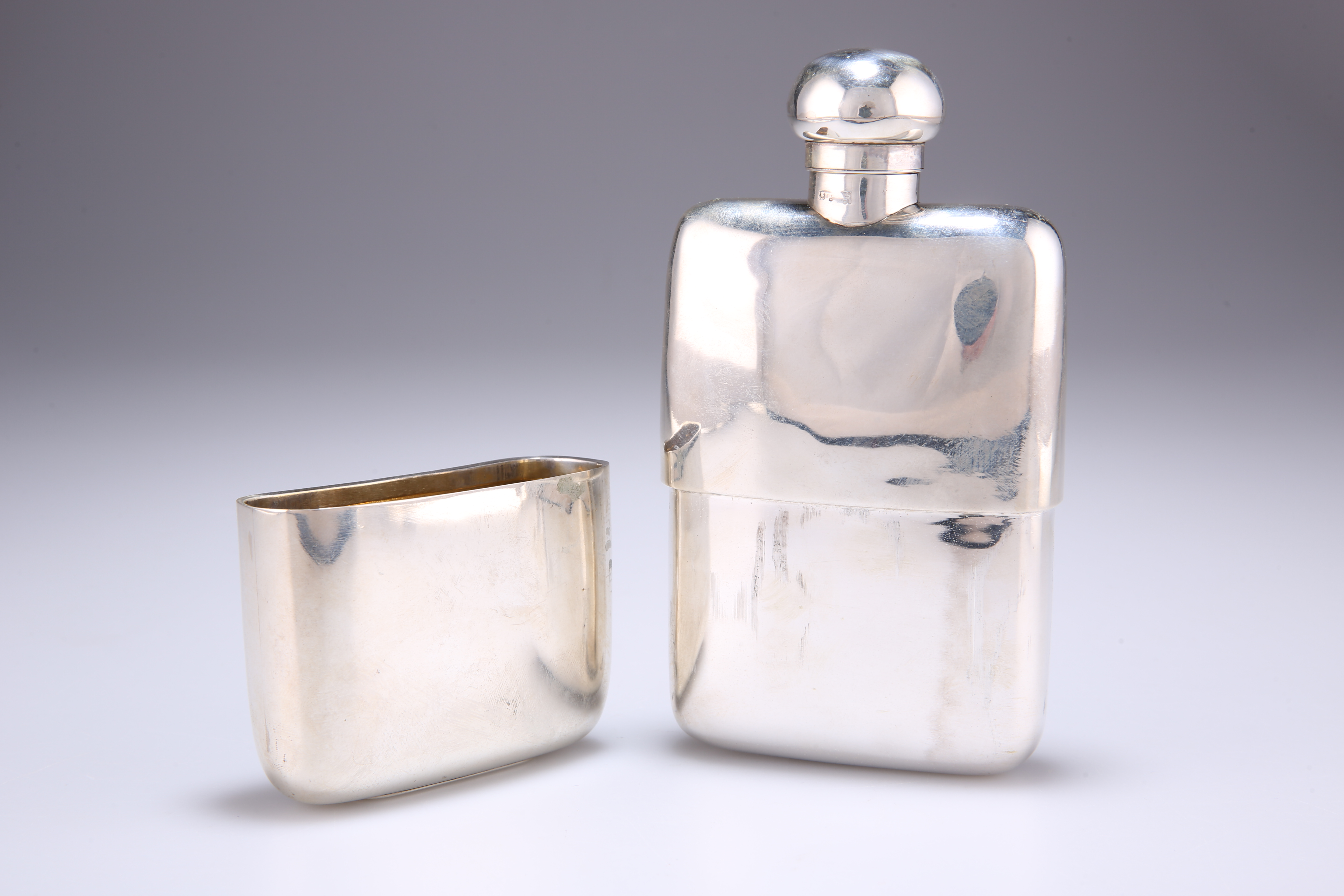 A GEORGE V SILVER HIP FLASK AND CUP - Image 3 of 4