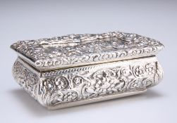 AN EARLY VICTORIAN SILVER SNUFF BOX