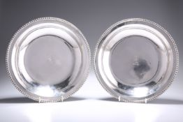 A PAIR OF GEORGE IV IRISH SILVER SECOND COURSE DISHES