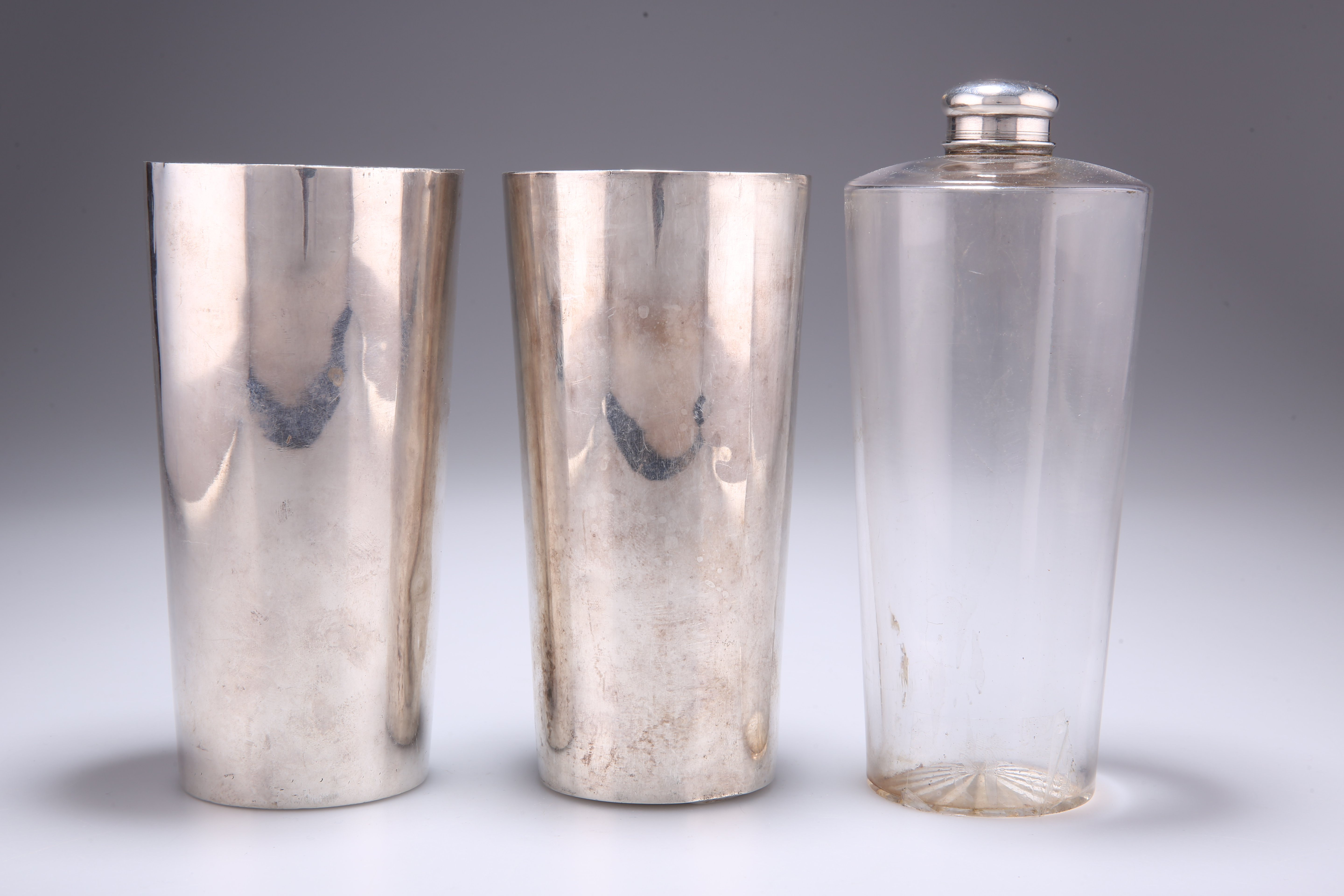 AN INDIAN COLONIAL GLASS SPIRIT FLASK AND TWO SILVER BEAKERS - Image 2 of 3