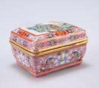 A SMALL CHINESE FAMILLE ROSE BOX AND COVER